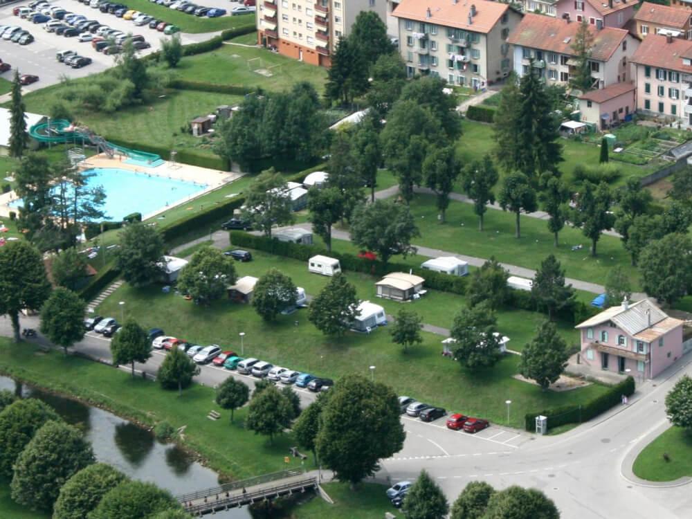 Emplacements du camping de Vallorbe en vue aérienne